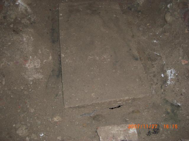 Abdeckplatte des zweiten Brunnens.