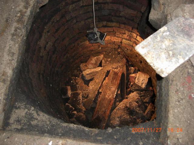 Erste Untersuchung des Bodens im zweiten Brunnen.